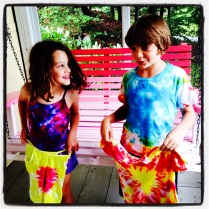 tie dyes with kids by homemade city